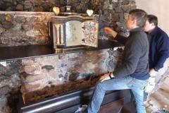 Reštaurátor Ján Fečo inštaluje reštaurovaný svätostánok do kaplnky Božieho hrobu