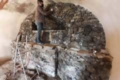 Čistenie kamennej imitácie jaskyne.