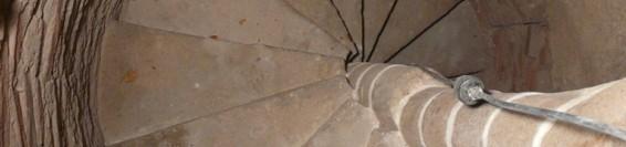 Obnova kamenných točitých schodísk a oltárov v kaplnkách Dolného kostola