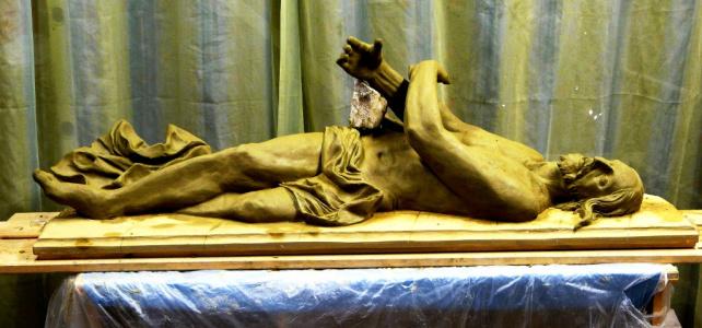V bočných kaplnkách Dolného kostola boli inštalované nové sochy